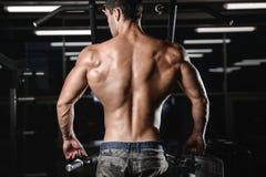Человек с тренировкой веса в спортивном клубе оборудования спортзала Стоковое фото RF