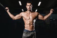 Человек с тренировкой веса в спортивном клубе оборудования спортзала Стоковое Изображение RF