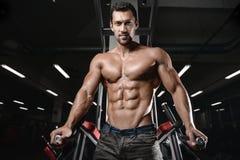 Человек с тренировкой веса в спортивном клубе оборудования спортзала Стоковые Фотографии RF