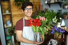 Человек с тюльпанами стоковые фотографии rf