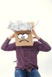 Человек с усмехаясь коробкой над его головой Стоковые Фото