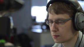 Человек слушает музыка и программирование сток-видео