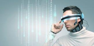 Человек с футуристическими стеклами 3d и датчиками Стоковая Фотография RF