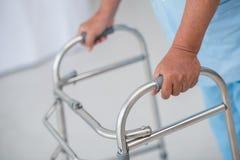 Человек с ходоком Стоковое Изображение RF