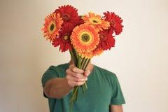 Человек с цветками Стоковая Фотография RF