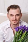 Человек с цветками Стоковая Фотография