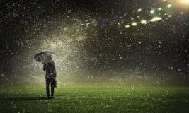 Человек с черным зонтиком Стоковое Изображение RF