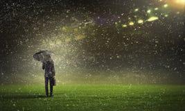 Человек с черным зонтиком Стоковые Фотографии RF