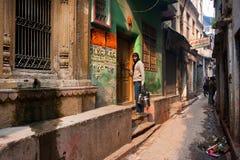 Человек с чонсервными банками воды приходит в дом Стоковая Фотография RF