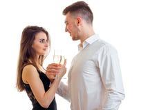 Человек с шампанским питья девушки в студии Стоковые Изображения RF