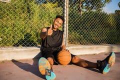 Человек с шариком на баскетбольной площадке игрок на баскетбольной площадке Стоковое Фото