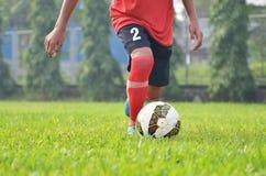 Человек с шариком на поле Стоковая Фотография RF