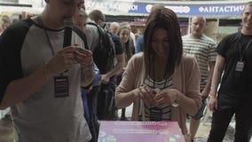 Человек с шариком лотереи девушки помощи микрофона открытым разбивочная нутряная покупка мола много людей сток-видео