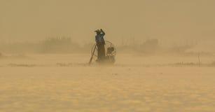 Человек с шлюпкой на озере инкрустаци в Шани, Мьянме Стоковое фото RF