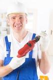 Человек с электрическим сверлильным аппаратом стоковое изображение rf