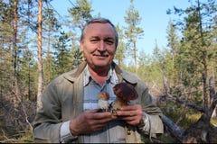 Человек с 2 cepes величает в лесе Стоковая Фотография RF