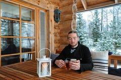 Человек с smartphone и чашкой чаю Стоковая Фотография