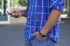 Человек с smartphone стоковые изображения rf
