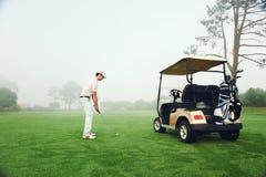Человек тележки гольфа стоковые фотографии rf