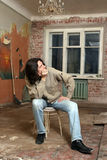 Человек тоскливости сидит на стуле Стоковое Изображение