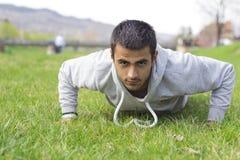 Человек тренировка нажимает поднимает Стоковые Фото
