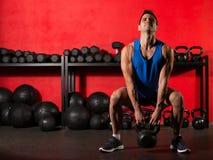 Человек тренировки разминки Kettlebell на спортзале Стоковая Фотография