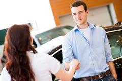 Человек тряся руки с продавцем автомобилей Стоковые Фотографии RF