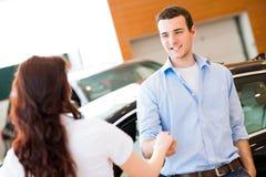 Человек тряся руки с продавцем автомобилей Стоковое Изображение