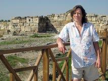 Человек - турист стоит около руин и загородок стоковое изображение