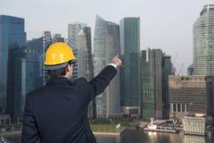 Человек указывая к небоскребу Стоковые Фотографии RF