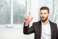 Человек указывая на виртуальный экран стоковое фото rf