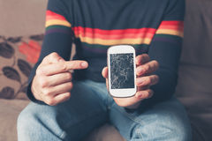 Человек указывая на сломленный умный телефон Стоковая Фотография