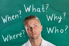 Человек думая около 5 вопросов о Ws Стоковые Фотографии RF