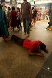 Человек унижает в молитве Стоковое фото RF