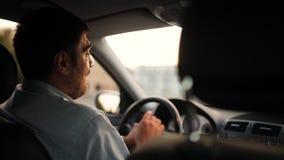Человек управляет автомобилем, и его любовник кладет его руку на его плечо видеоматериал