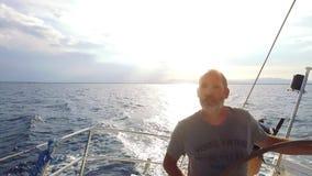 Человек управляет его большим парусником на море сток-видео