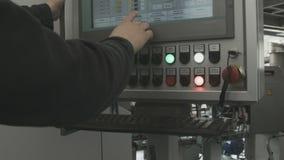 Человек управляет промышленным компьютерным оборудованием сток-видео