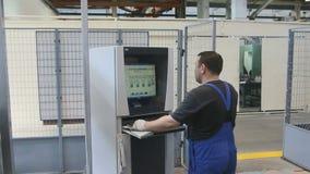 Человек управляет промышленным компьютерным оборудованием видеоматериал