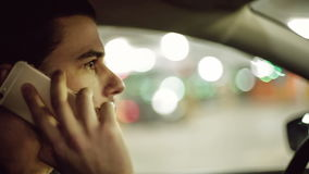 Человек управляя автомобилем и говоря на мобильном телефоне видеоматериал