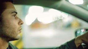 Человек управляя автомобилем на автостоянке undergroung конец вверх нот bokeh предпосылки замечает тематическое сток-видео