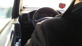 Человек управляя автомобилем пока холодное снаружи Стоковое Изображение RF