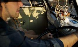 Человек управляя автомобилем с Windows вниз стоковое изображение