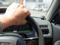 Человек управляя автомобилем Стоковые Фото