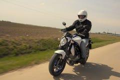 Человек управляя мотоциклом Стоковые Изображения