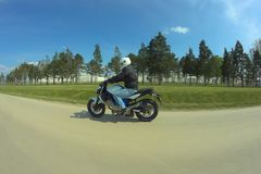Человек управляя мотоциклом стоковая фотография rf