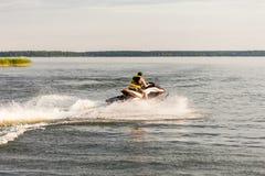 Человек управляя лыжей двигателя, останавливая рост и делая брызга воды падает Стоковое фото RF