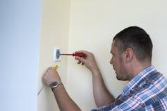 Человек устанавливая выключатель Стоковые Изображения RF