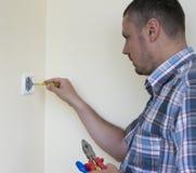 Человек устанавливая выключатель Стоковое Фото
