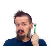 Человек удивленный его эффективностью бритвы безопасности Стоковые Фото