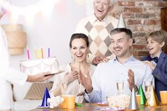 Человек удивленный путем видеть именниный пирог стоковая фотография